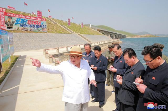 Ông Kim Jong-un thị sát một công trình đường tàu tại Triều Tiên hồi tháng 5 (Ảnh: Reuters)