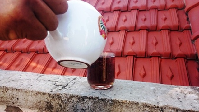 Thí nghiệm đổ nước ngầm vào cốc nước chè...