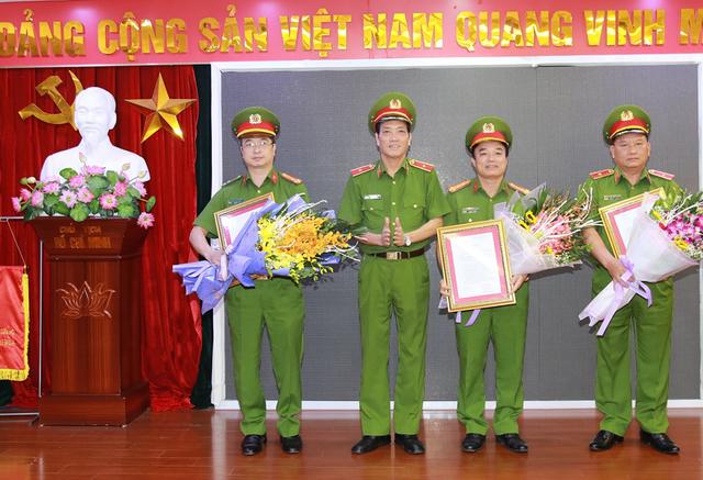 Tướng Đoàn Việt Mạnh và các lãnh đạo Cục PCCC & CNCH nhận quyết định bổ nhiệm và hoa chúc mừng