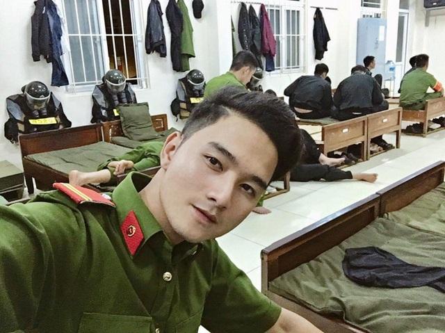 """Bức ảnh Ngọc Anh trong bộ cảnh phục gây """"sốt"""" mạng"""