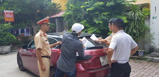 Cảnh sát đến tận nơi ở của tài xế Mazda 3 để lập biên bản và đưa người cùng phương tiện về trụ sở giải quyết.