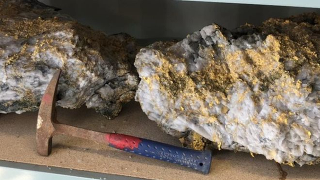 Hai tảng đá được cấu thành từ thạch anh có lẫn vàng. Ảnh: RNC MINERALS