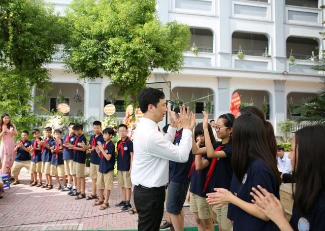 Màn chào hỏi ấn tượng của thầy Hiệu trưởng với học sinh lớp 1 và lớp 6 - 3