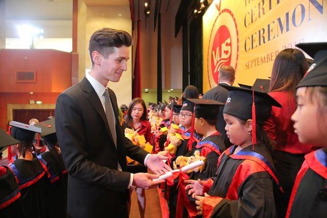 VUS trao chứng chỉ Anh ngữ quốc tế cho 1.928 học viên - 3