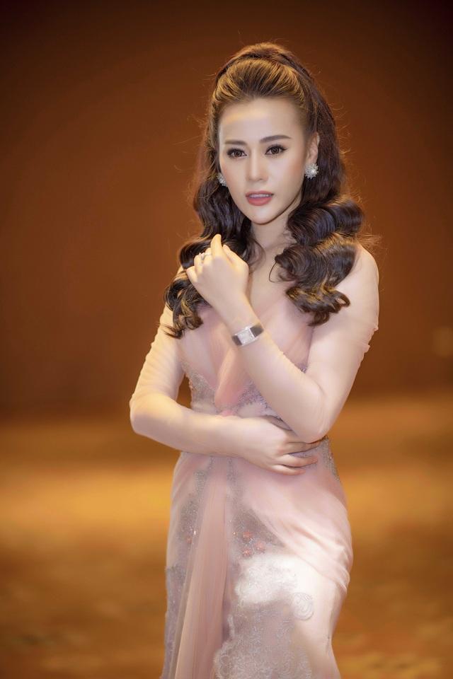 Phương Oanh gợi cảm với bộ đầm bó sát.