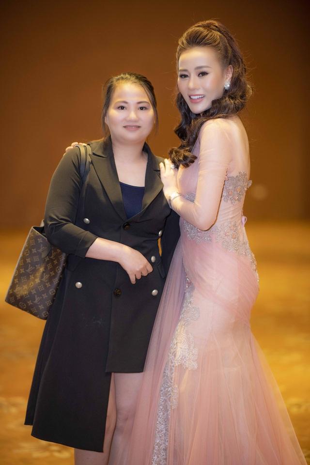 Chị gái giúp Phương Oanh chuẩn bị khi tham gia sự kiện.