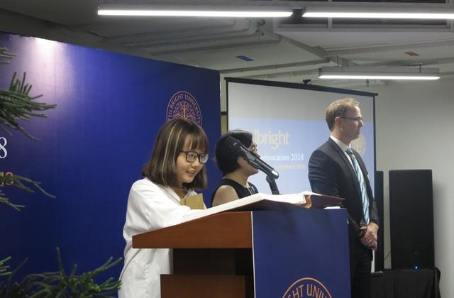 Các sinh viên lần lượt thực hiện nghi thức ký tên xác nhận để khẳng định một chặng đường mới trong hành trình học tập của mình