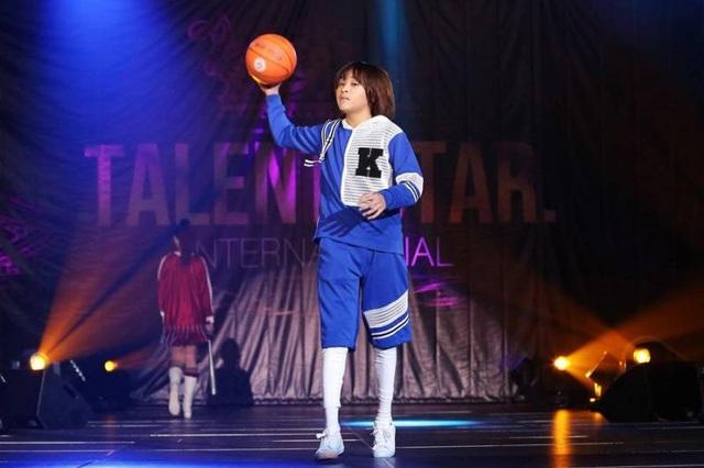 Thiên Khôi - Quán quân Vietnam Idol Kids 2017 trình diễn tại Tuần lễ thời trang Ngôi sao tài năng quốc tế.