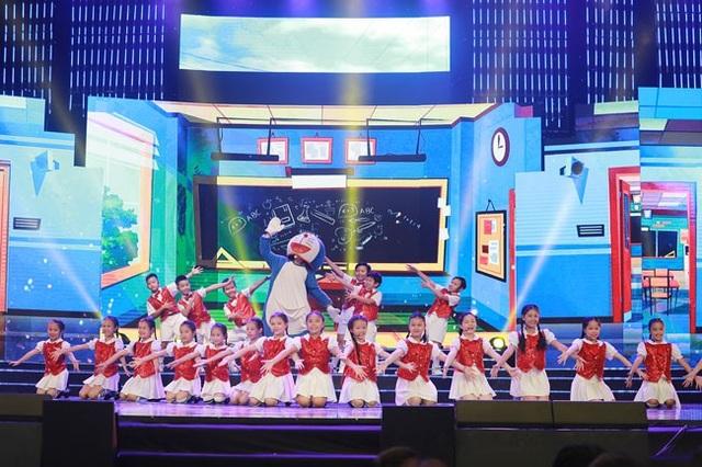 """Các em nhỏ trong nhóm thiếu nhi Ngôi Sao Nhỏ thể hiện bài hát nổi tiếng của Nhật Bản """"Doreamon no uta""""."""