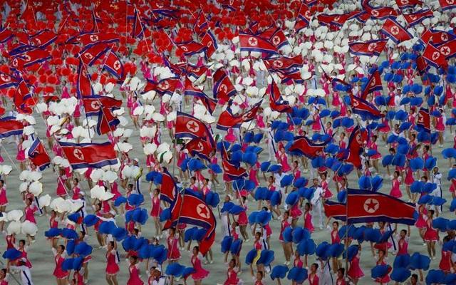 Một số tiết mục đã huy động tới hơn 1.000 người cùng một lúc tại sân vận động. Tổ chức Kỷ lục Guiness thế giới từng xác nhận màn đồng diễn có tên gọi Ariang tại Triều Tiên năm 2007 là màn đồng diễn lớn nhất thế giới.