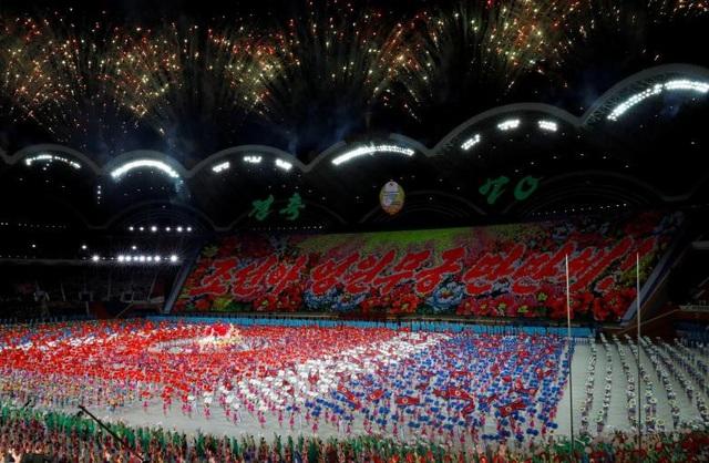 """Mặc dù không nhắc cụ thể tới các cuộc gặp thượng đỉnh của nhà lãnh đạo Kim Jong-un với các lãnh đạo thế giới từ đầu năm đến nay, song các khẩu hiệu bằng tiếng Anh và tiếng Trung được thể hiện trong màn đồng diễn đều ca ngợi """"các quan hệ đối ngoại đa phương"""" của Triều Tiên."""