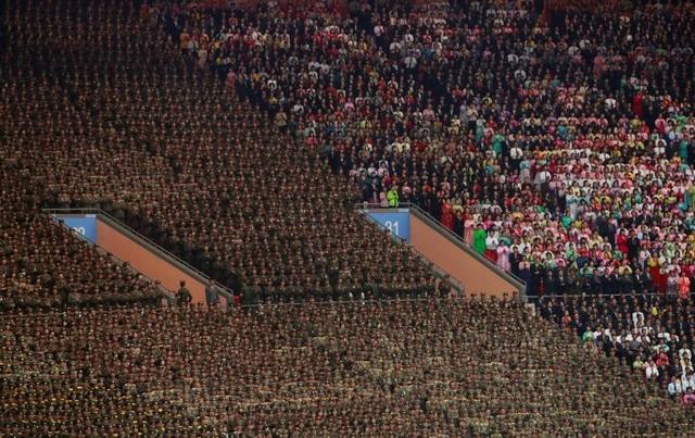 Đông đảo người dân và quân nhân Triều Tiên đã có mặt tại sân vận động để xem đồng diễn.