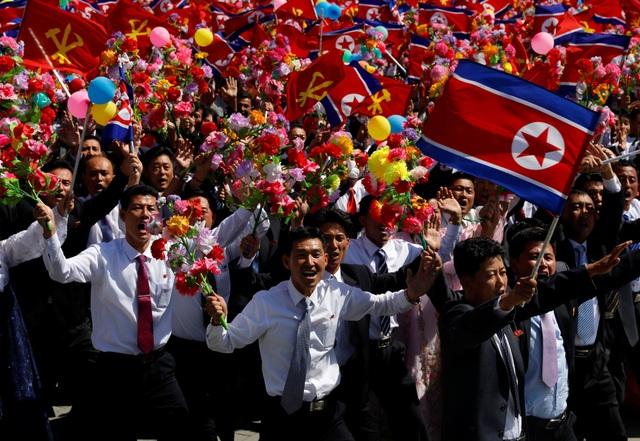 Người Triều Tiên diễu hành ở quảng trường Kim Nhật Thành nhân kỷ niệm 70 năm Quốc khánh 9/9 (Ảnh: Reuters)