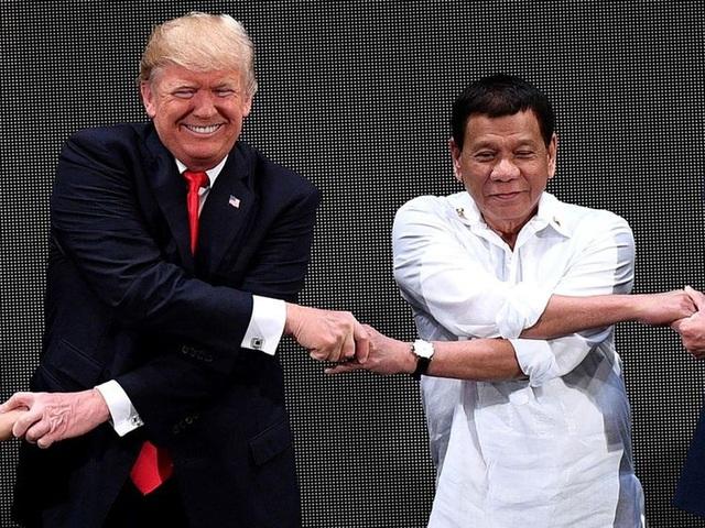 Tổng thống Donald Trump bắt tay người đồng cấp Philippines Duterte tại hội nghị thượng đỉnh ở Manila (Ảnh: Sky)