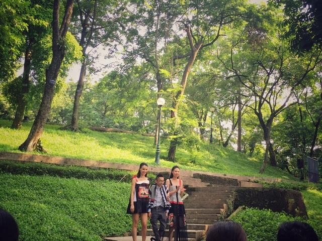 Núi Nùng - khu vườn thực vật có lịch sử lâu đời của Thủ đô Hà Nội trở thành sàn diễn thời trang. Trong ảnh là NTK Công Huân và các người mẫu tại sàn diễn thời trang đặc biệt.