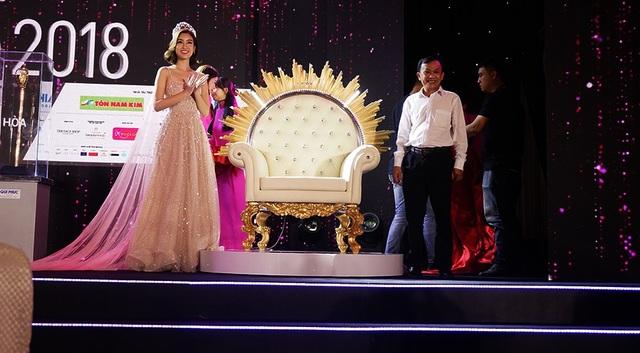 Hoa hậu Đỗ Mỹ Linh và ông Trần Thái Nguyên, PGĐ nội ngoại thất inox-nhựa Qui Phúc bên chiếc ghế đăng quang do công ty chế tác