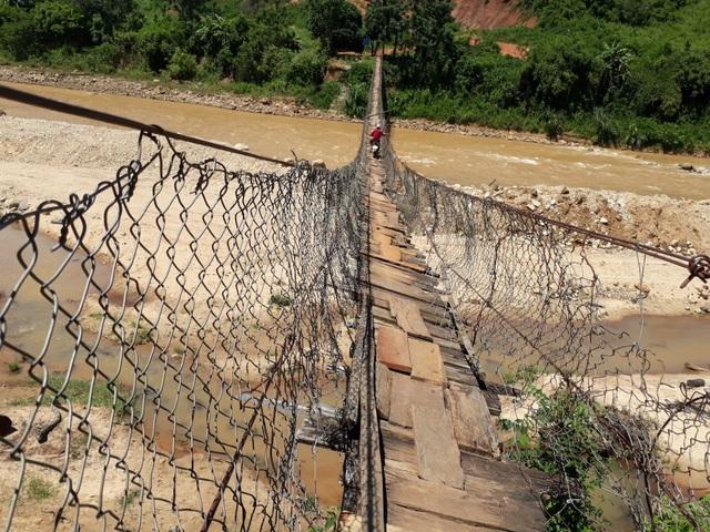 Cầu treo tại thôn 9, xã Đăk Hring, huyện Đăk Hà nhìn giống như chiếc võng rách