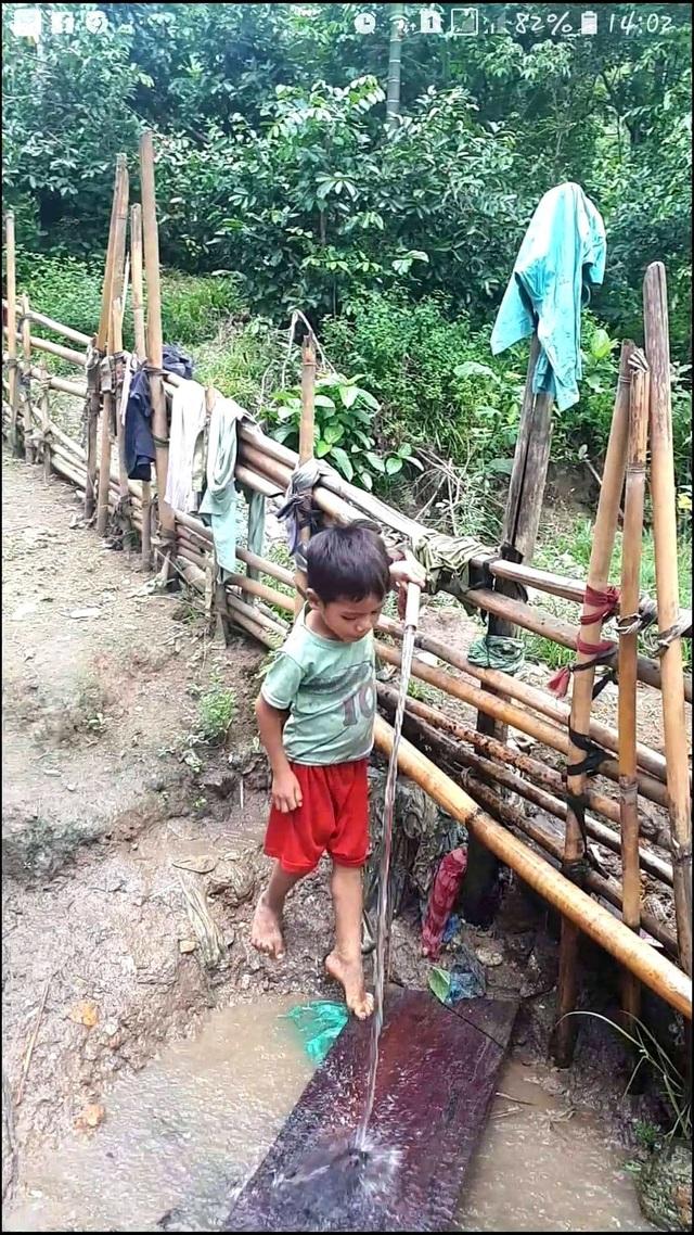 Các em học sinh miền núi Quảng Nam thường xuyên sử dụng nước lạnh dẫn từ suối về