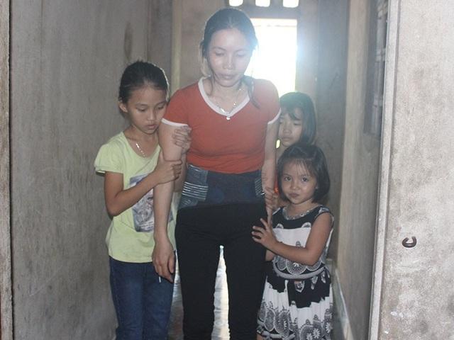 Bệnh tật hành hạ ngay cả việc vệ sinh, đi lại chị cũng phải nhờ sự trợ giúp của 3 đứa con yếu ớt.