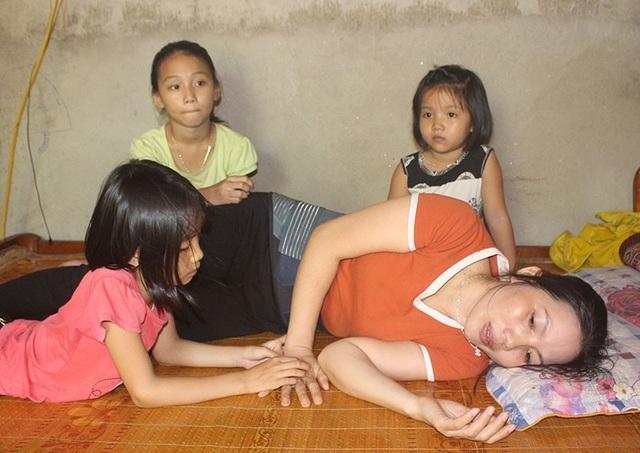 Nỗi buồn hiện hữu trên khuôn mặt của 3 đứa trẻ trước thềm năm học mới.
