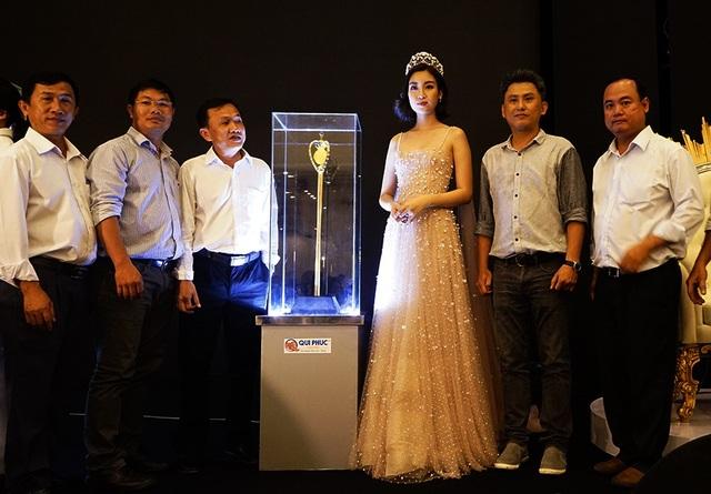 Ngoài vật phẩm ghế đăng quang, Qui Phúc còn chế tác nên quyền trượng cho Tân hoa hậu. Chiếc trượng được mạ vàng 24K với điểm nhấn chính là logo và vương miện Hoa hậu Việt Nam.