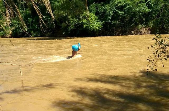 Lội suối mang hàng cứu trợ