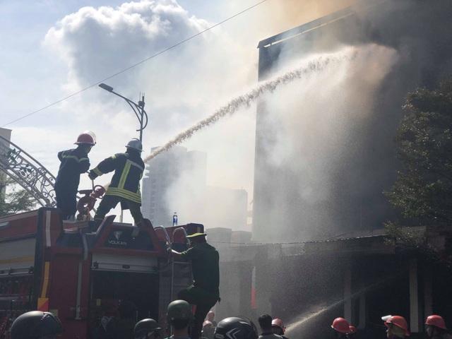 10 xe cứu hỏa, 100 cảnh sát dập đám cháy quán bar ở trung tâm Đà Nẵng - 5