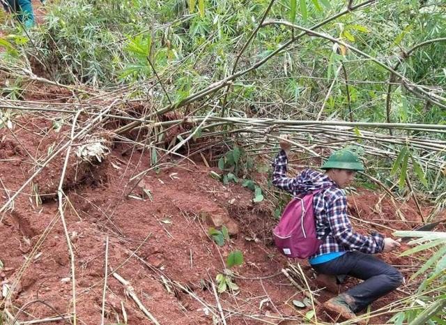 Người dân phải băng rừng để vào các bản làng