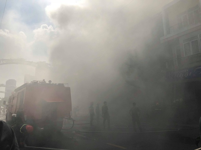 10 xe cứu hỏa, 100 cảnh sát dập đám cháy quán bar ở trung tâm Đà Nẵng - 1