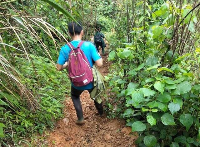 Nhiều thôn bản trên địa bàn huyện Mường Lát chỉ có cách đi bộ mới tiếp cận được