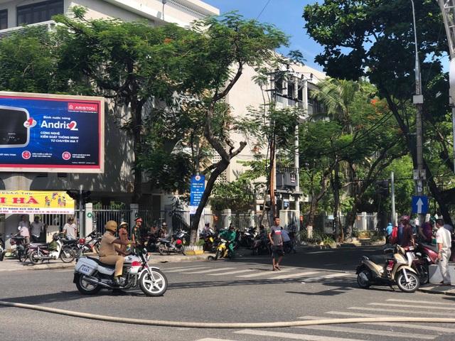 Cảnh sát giao thông phong toả các tuyến đường trung tâm thành phố hướng về khu vực cháy.