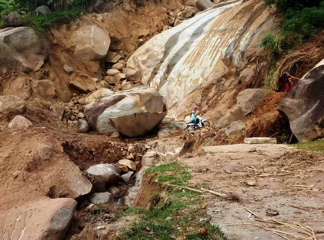Có những nơi vách đá lởm chởm