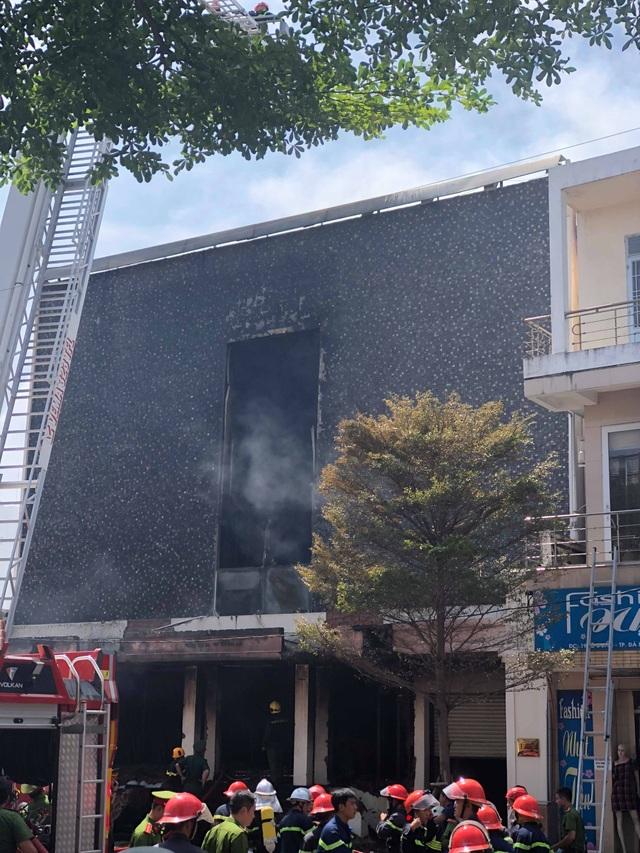 10 xe cứu hỏa, 100 cảnh sát dập đám cháy quán bar ở trung tâm Đà Nẵng - 7