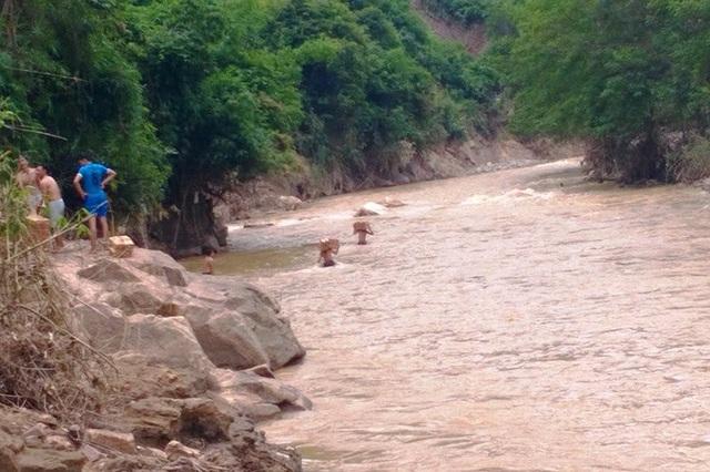 Vượt suối mang hàng cứu trợ đến với bà con vùng chịu thiệt hại mưa lũ