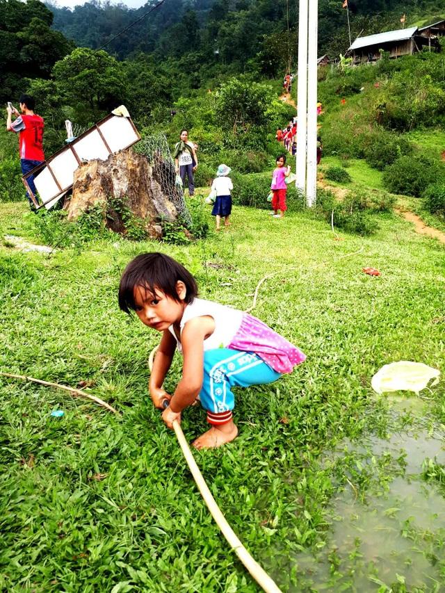 Dây dẫn nước từ suối về nhà của đồng bào vùng cao Nam Trà My
