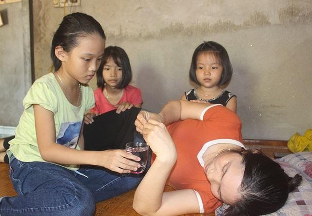 Mồ côi bố, mẹ liệt giường, tương lai của 3 đứa bé mịt mờ.