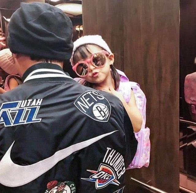 Cô bé 3 tuổi khá bạo dạn trước ống kính máy ảnh. Con gái của cặp đôi tên thật là Xiao Zhou Zhou.