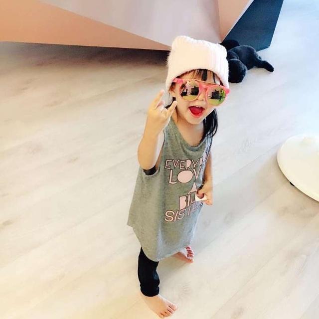 Những hình ảnh hiếm hoi về bé Xiao Zhou Zhou được chính cha mẹ ruột chia sẻ trên mạng xã hội. Cặp đôi không đồng ý bán hình ảnh về gia đình mình dù họ được chào mời với mức cát-sê hậu hĩnh.