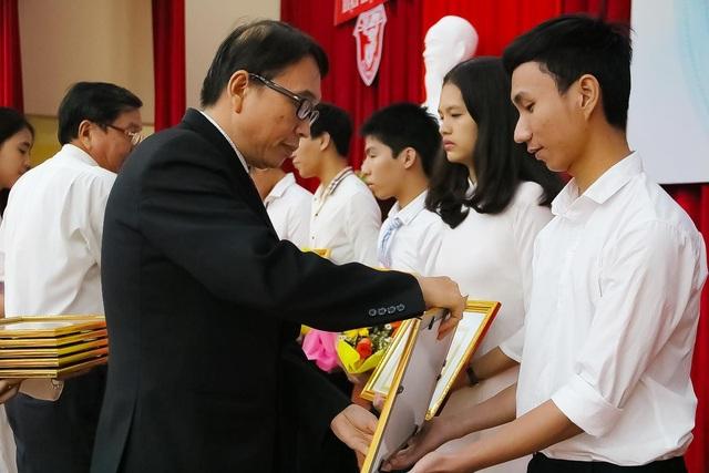 PGS.TS. Nguyễn Quang Linh trao giấy khen và phần thưởng cho các tân sinh viên thủ khoa