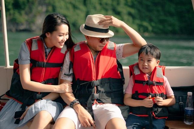 Cách đây ít ngày Hoa hậu Dương Thùy Linh đã đón sinh nhật tuổi 35 bên chồng con và những người thân trong gia đình. Người đẹp cho biết, sinh nhật năm nào cô cũng ở bên gia đình, chứ không tổ chức rình rang. Cả nhà Hoa hậu đã đi nghỉ dưỡng trên du thuyền 5 sao tại Hạ Long.