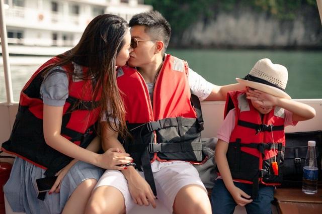 Vợ chồng Dương Thùy Linh hôn nhau trước mặt con trai. Con trai của Dương Thuỳ Linh năm nay 7 tuổi. Hoa hậu Phụ nữ Toàn thế giới kể dù đã quen với việc bố mẹ thể hiện tình cảm trước mặt, cậu bé vẫn hay ngại ngùng. Nhưng đó là sự ngại ngùng trong hạnh phúc bởi thấy gia đình gắn bó bền chặt, bố mẹ yêu thương nhau. Con trai tôi không bao giờ đặt ra câu hỏi bố mẹ có yêu thương con không, có yêu nhau không bởi bé có thể thấy điều đó hàng ngày. Tót luôn yên tâm về gia đình, cô nói.