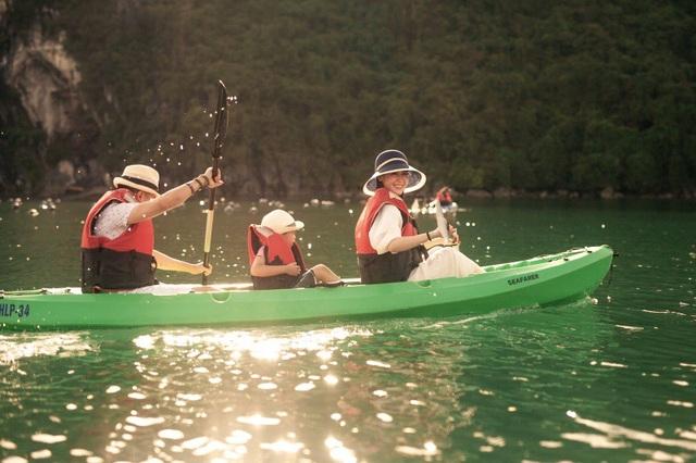 Các thành viên đều thích thú khi được ngắm khung cảnh hùng vĩ, yên bình của Hạ Long dưới ánh hoàng hôn, chèo thuyền kayak...