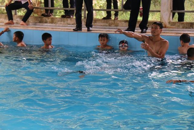 Học sinh xã biên giới Đắk Buk So được học bơi miễn phí tại hồ bơi hơn 700 triệu