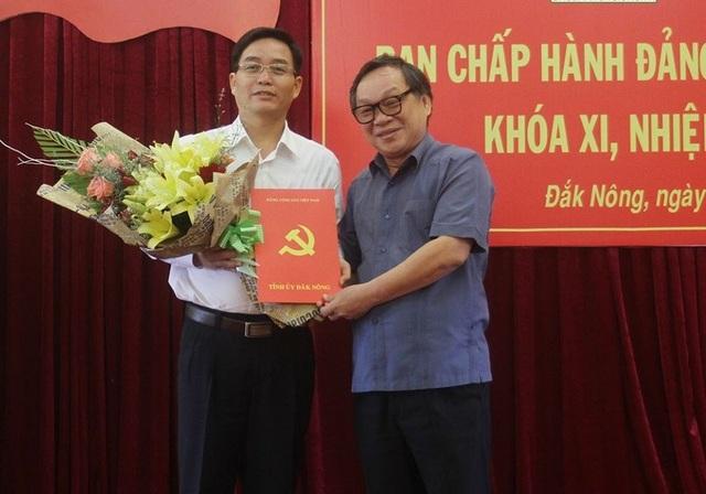 Ông Nguyễn Đình Trung (áo trắng) giữ chức vụ Phó Bí thư Tỉnh ủy Đắk Nông, nhiệm kỳ 2015 – 2020