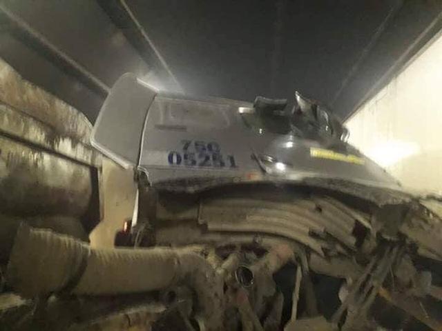 Phần cabin xe đầu kéo bị nứt toác sau tai nạn