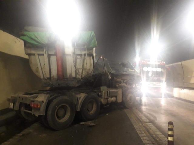 Xe đầu kéo lấn làn, đâm vào xe tải đi ngược chiều trong hầm đường bộ Hải Vân sáng nay (11/9)