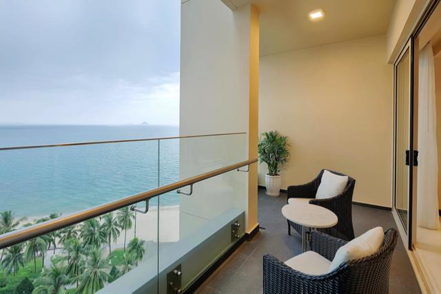 Dưới bàn tay tài hoa của kiến trúc sư người Singapore Tan Hock Beng, tất cả các căn hộ tại The Costa Nha Trang đều có view nhìn thẳng ra Vịnh Nha Trang. Chính vì lẽ đó, ở mọi góc của công trình chúng ta đều thấy biển và thấy đang sống ở Nha Trang, hòa mình vào không gia biển xanh sóng dịu của một trong những bãi biển xinh đẹp nhất hành tinh.