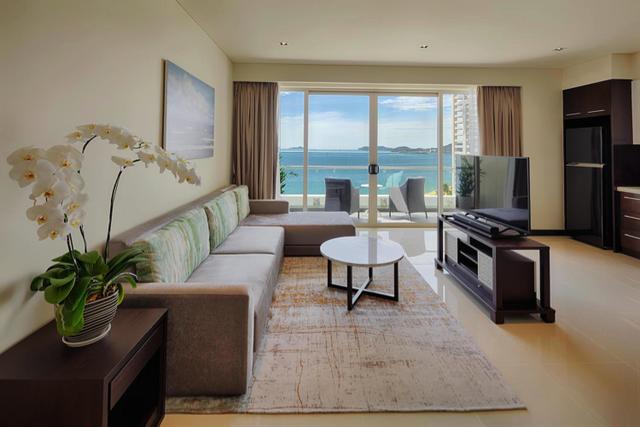Toàn bộ thiết bị, nội thất trong căn hộ đều được chọn lọc từ các thương hiệu cao cấp, bài trí một cách tinh tế mang đến một không gian mới mẻ, hiện đại.