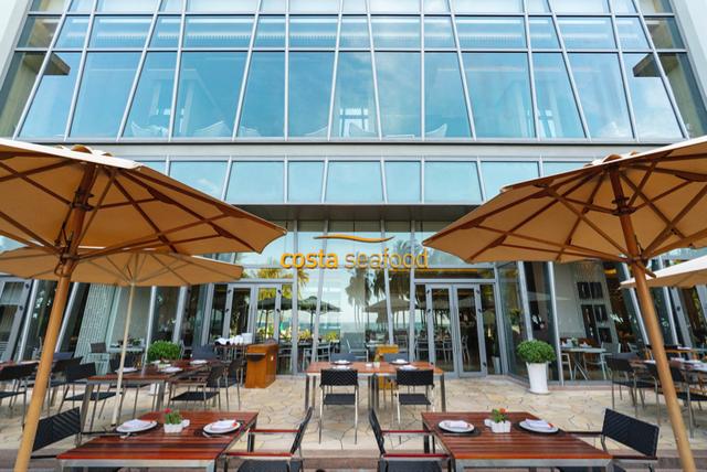 Không chỉ có không gian bên trong, không gian bên ngoài cũng phải cao cấp. The Costa Nha Trang được thiết kế thông thoáng lấy gió biển tự nhiên với hành lang rộng và các ô thoáng.