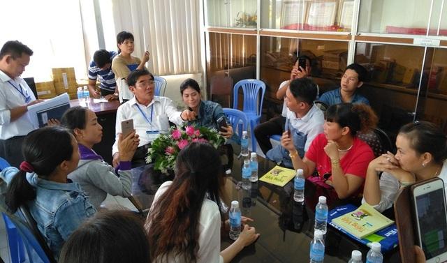 Ông Nguyễn Hồng Oanh - Giiám đốc sở GD&ĐT (áo trắng) trao đổi với nhóm phụ huynh phản đối việc dạy chương trình Tiếng Việt 1 - Công nghệ giáo dục.